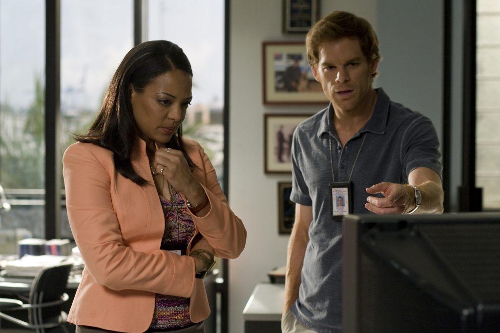 Lieutenant Maria Laguerta (Lauren Vélez) und Dexter (Michael C. Hall)