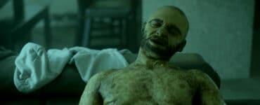 Ein nackter, ausgezerrter Körper in Lifechanger