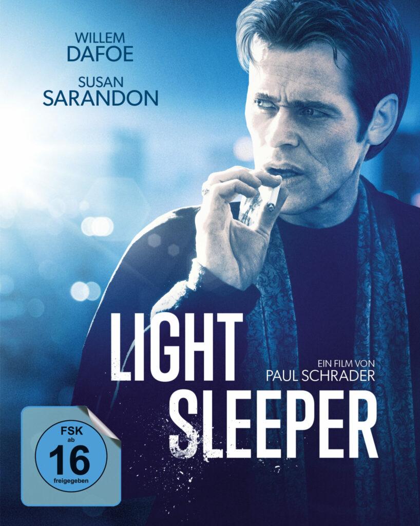 Willem Dafoe ziert das Cover von Light Sleeper, wie er gerade gedankenverloren an einer Zigarette zieht.