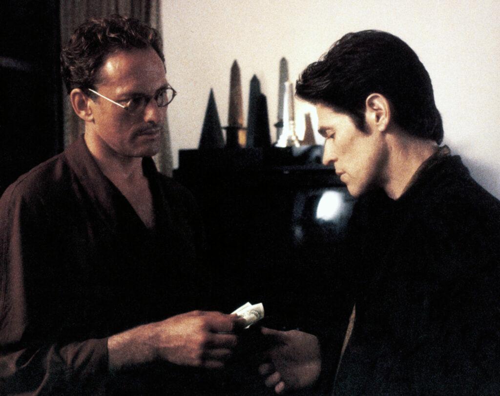 Victor Garber nimmt von Willem Dafoe ein Päckchen Drogen entgegen - Light Sleeper.