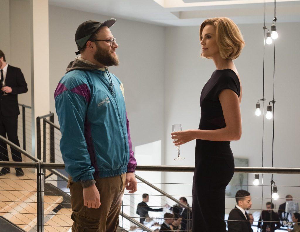 """Fred (Seth Rogen) und Charlotte (Charlize Theron) treffen sich in """"Long Shot – Unwahrscheinlich, aber nicht unmöglich"""" nach Jahrzehnten wieder © Studiocanal"""