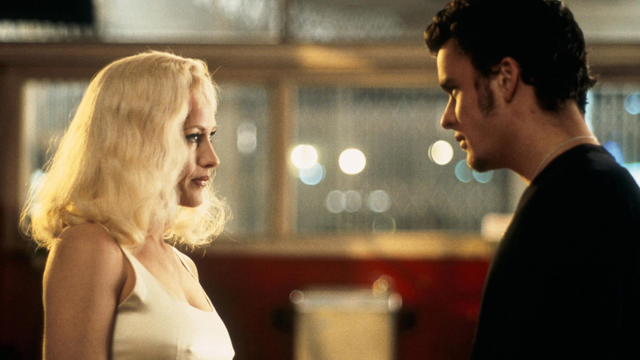 """Patricia Arquette als Alice Wakefield blickt Bathazar Getty als Pete Dayton in """"Lost Highway"""" an."""