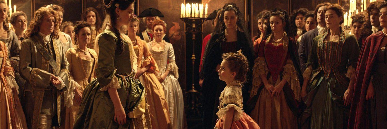 Louise Élisabeth d'Orléans (Anamaria Vartolomei, links) und Marie Anna Viktoria (Juliane Lepoureau, rechts) wechseln den Hof © Alamode Film