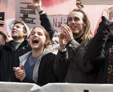 Luisa nimmt an Protesten der linken Szene teil.