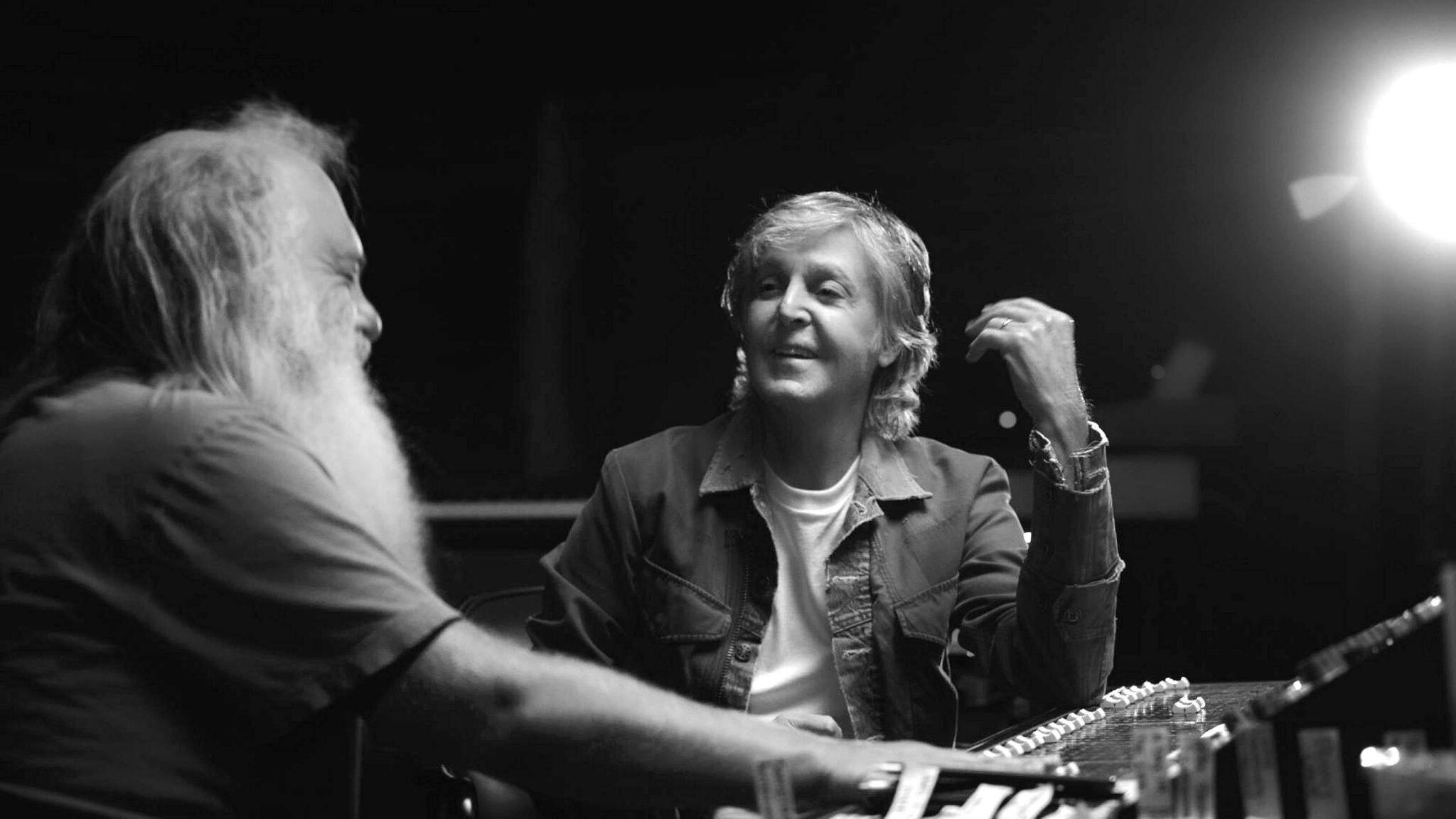 Eine schwarzweiße Aufnahme mit Paul McCartney in der Mitte und auf der linken Seite im Profil Rick Rubin