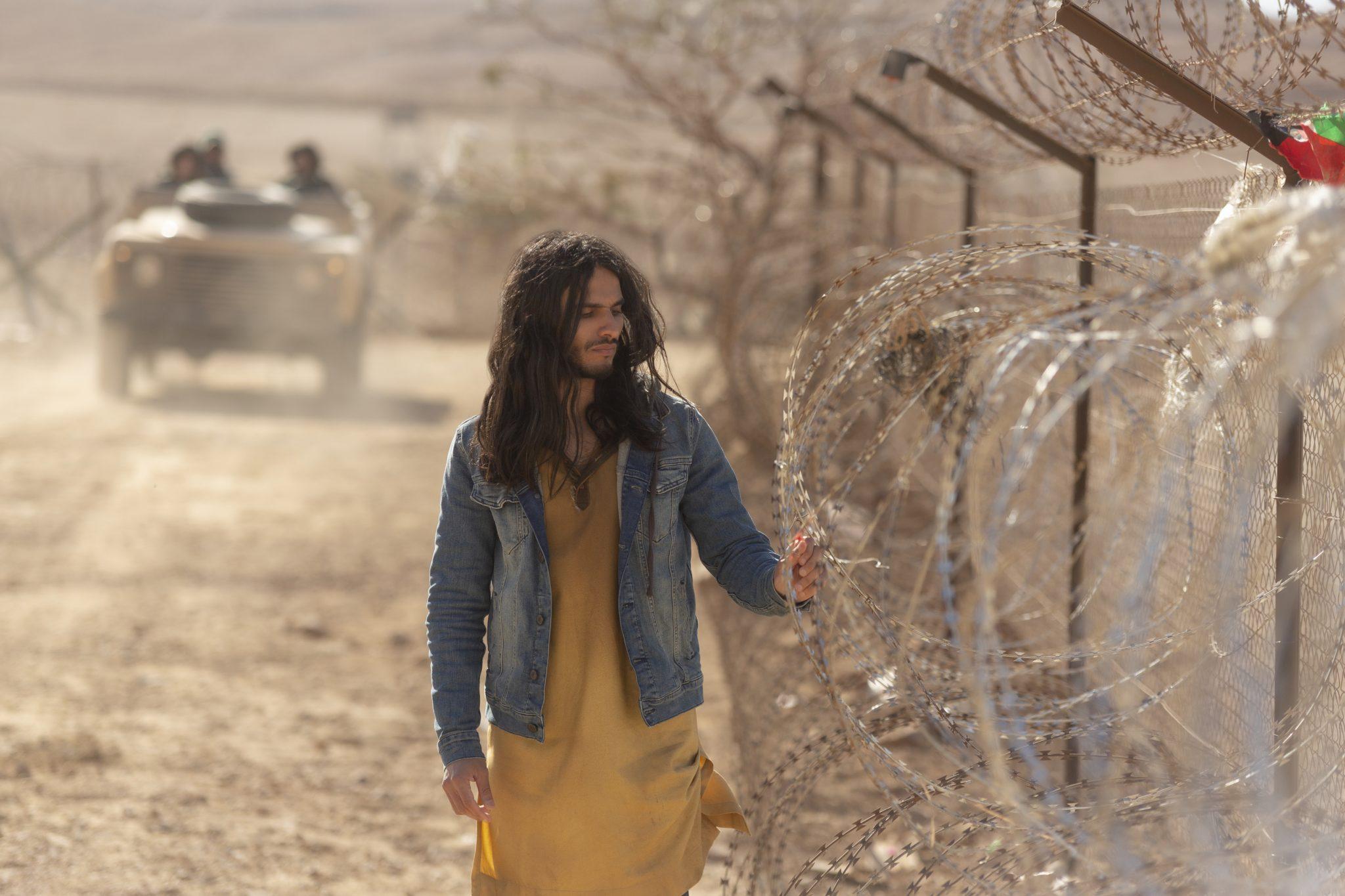 Der Messiah Al Masih geht am Grenzzaun Israels entlang