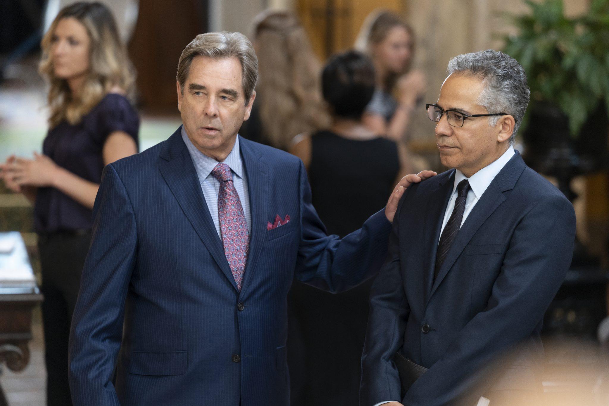 Zwei Vertreter der US-Behörden diskutieren zusammen in Messiah