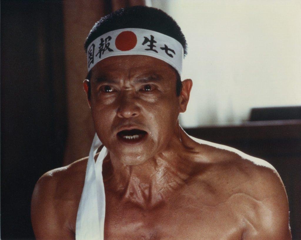 """Yukio Mishima mit traditioneller Stirnbinde in """"Mishima - Ein Leben in vier Kapiteln"""""""
