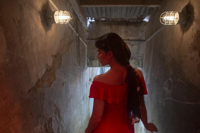 Jaqueline Fernandez steigt im verführerischen Kleid eine schmale Treppe hinab - Neu auf Netflix im Mai 2020
