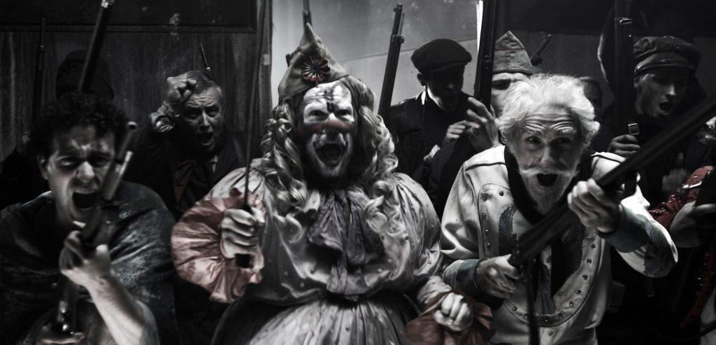 Clowns und Rebellen ziehen bewaffnet in den Kampf