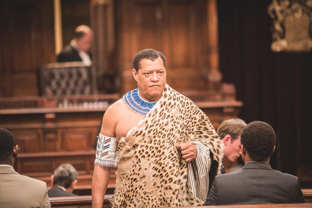 "Nelson Mandela (Laurence Fishburne) in Stammestracht auf der Anklagebank in ""Madiba"" © justbridge entertainment"
