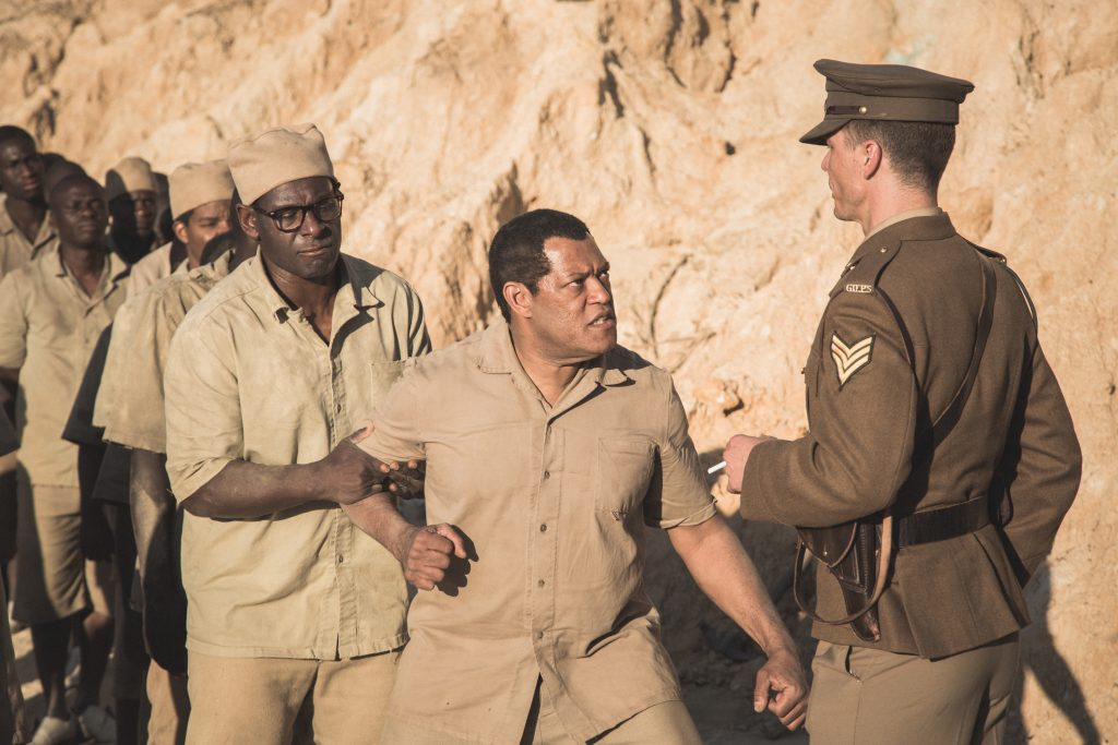 "Mandela (Fishburne) wehrt sich gegen rassistischen Wärter in ""Madiba"" © justbridge entertainment"