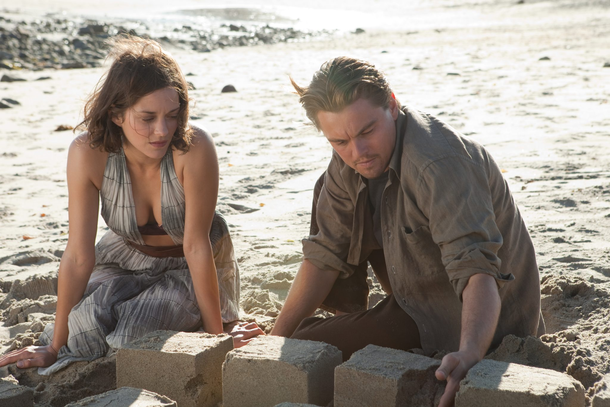 Mal (Marion Cotillard) und Dom Cobb (Leonardo DiCaprio) am Strand der Erinnerung in Inception von 2010