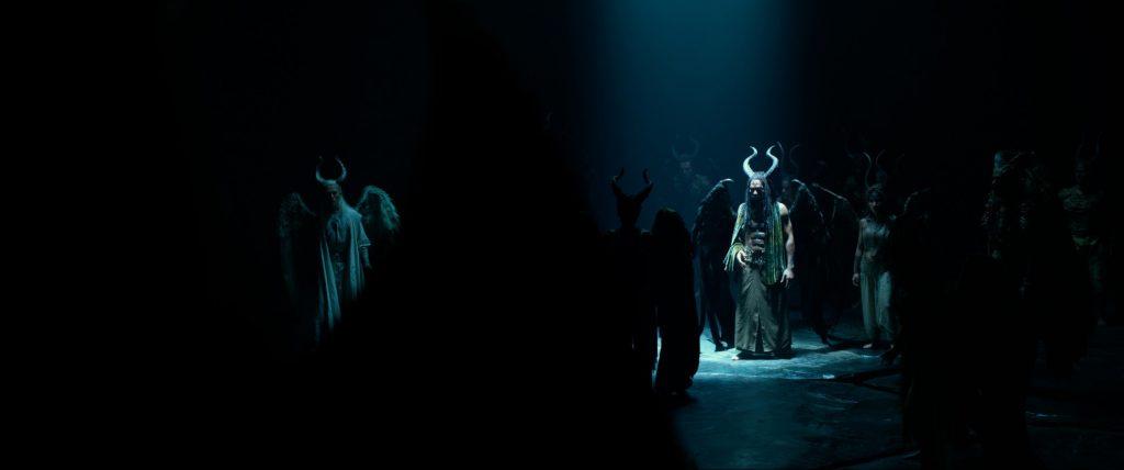 Maleficent (Angelina Jolie) trifft in Maleficent - Mächte der Finsternis auf ihre Artgenossen