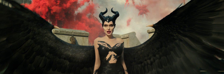 Maleficent (Angelina Jolie) breitet in Maleficent - Mächte der Finsternis ihre Flügel aus