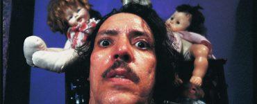 Nahaufnahme des verschwitzten Joe Spinell als Serienkiller Frank Zito mit Schnurrbart und langen Haaren