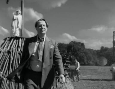 Hermann Mankiewicz stolziert über ein aufwändig hergerichtetes Set in Mank - Neu auf Netflix im Dezember 2020
