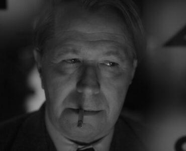 Schwarzweißbild von Gary Old in der Titelrolle im Film Mank