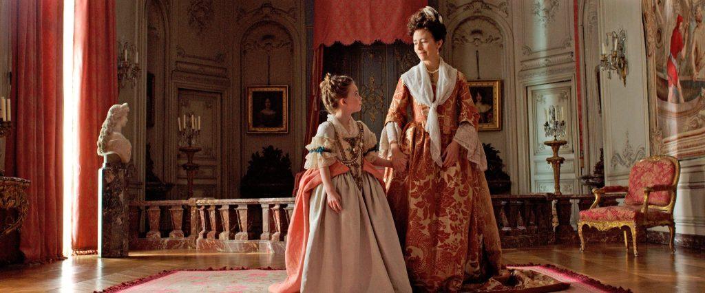Maria Anna Viktoria (Juliane Lepoureau, links) trifft am französischen Hof auf Madame de Ventadour (Catherine Mouchet, rechts) © Alamode Film