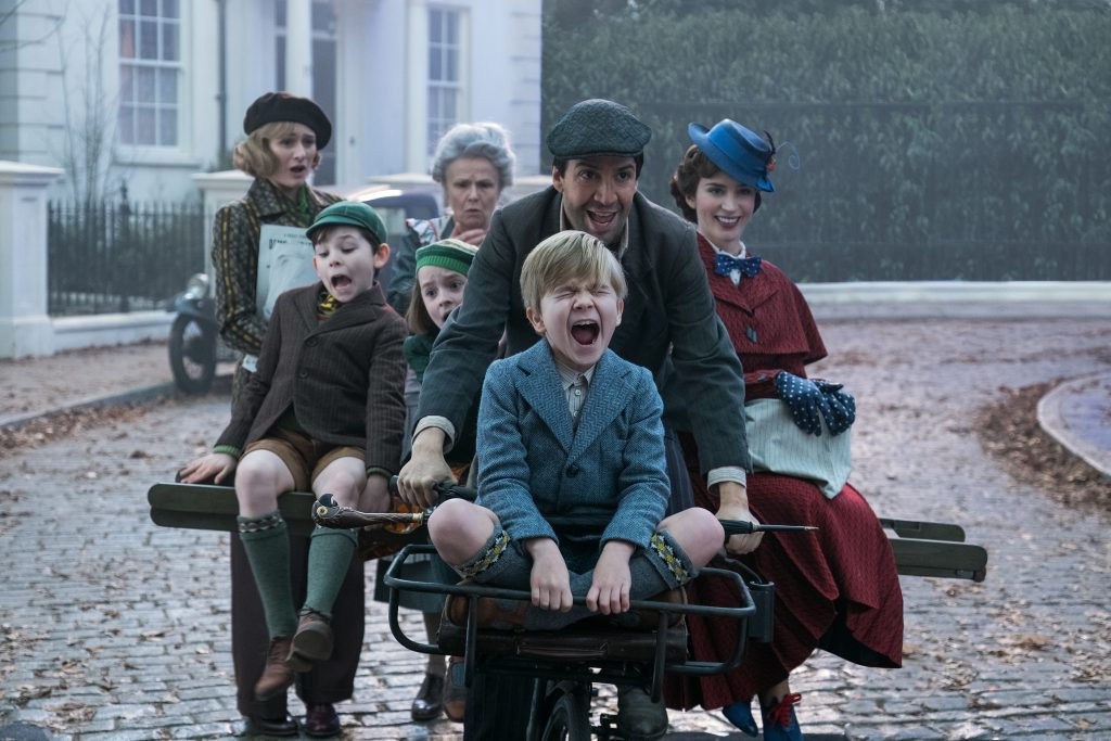 Jack kutschiert Mary und die drei Kinder auf seinem Fahrrad; die Nachbarn sind empört