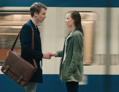 Aron, gespielt von Julius Feldmeier, und Nora, gespielt von Saskia Rosendahl, stehen sich in der U-Bahnstation gegenüber und lernen sich kennen.