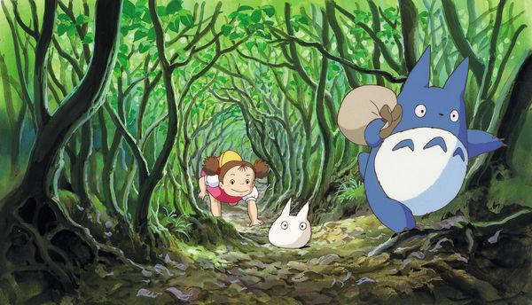 Mei klettert durch Bäume kleineren Totoros hinterher
