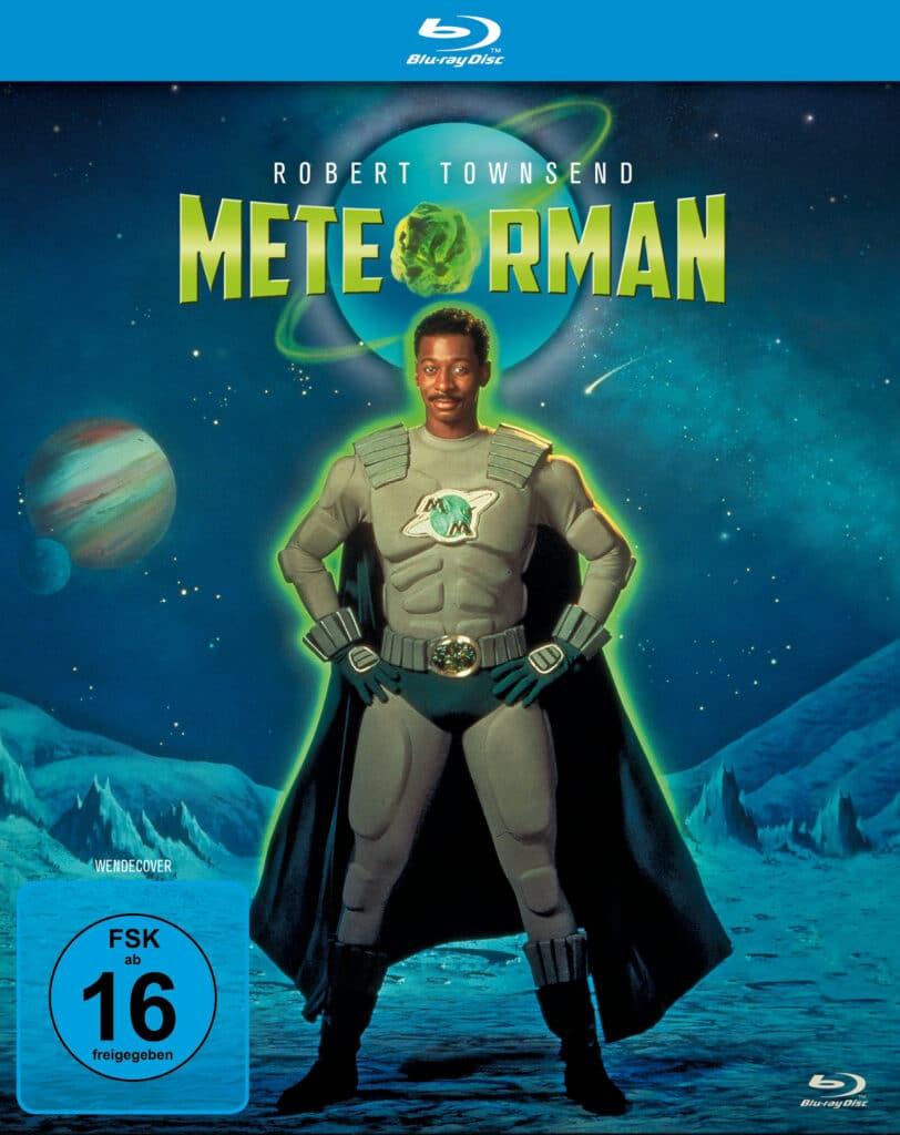 Das deutsche Cover der Blu-ray von Meteor Man zeigt Robert Townsend in seinem Heldenkostüm und in einer typischen Superheldenpose, breitbeinig und die Arme in die Hüfte gestemmt. Das Kostüm ist grau mit einem grünen Meteor Emblem auf der Brust, sowie grünen Stiefeln, einer grünen Unterhose im Superman-Stil und einem grünen Cape. Über Townsend ragt das Filmlogo Meteor Man und ist ebenfalls in grün gehalten. Im Hintergrund ist der Weltraum zu sehen und Townsend scheint auf einer Mondoberfläche zu stehen.