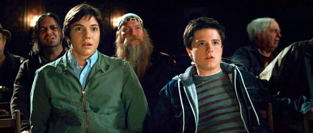 """Darren (Chris Massoglia) & Steve (Josh Hutcherson) sind geschockt von der Show im """"Mitternachtszirkus"""". Beide Jungs machen ein wahrlich entsetztes wie erschreckendes Gesicht. Hinter ihnen sitzt noch ein bärtiger Mann mit Biker-Kopftuch. Auch dieser blickt mit offenen Mund und weit aufgerissenen Augen zur Bühne."""