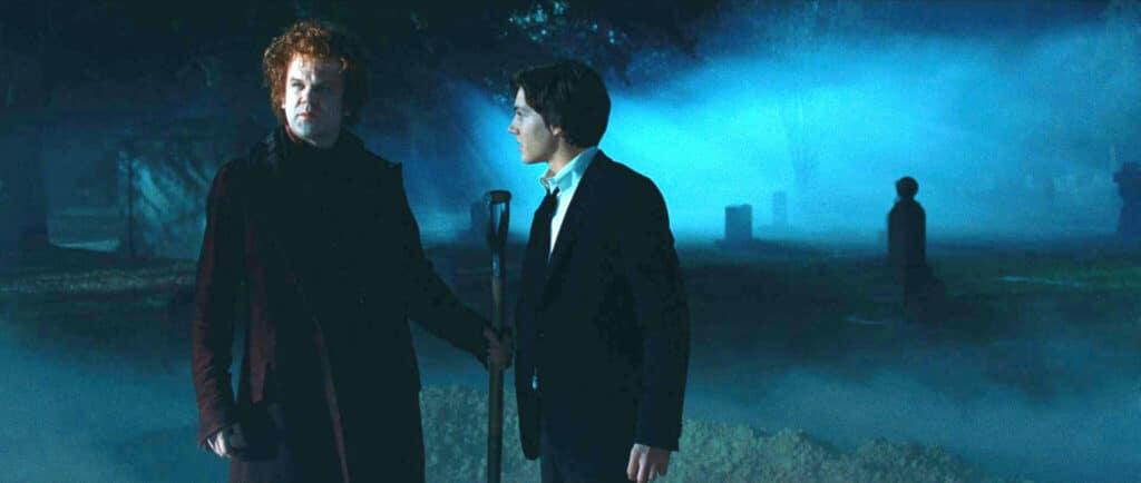 Crepsley (John C. Reilly) führt Darren (Chris Massoglia) in sein neues Leben im Mitternachtszirkus ein. Dafür musste er ihn erst einmal am Friedhof ausgraben, weswegen er auf dem Bild mit einer Schaufel steht, die er in der linken Hand hält. Darren (Chris Massoglia) steht neben ihm in einem Anzug und schaut diesen wartend an.