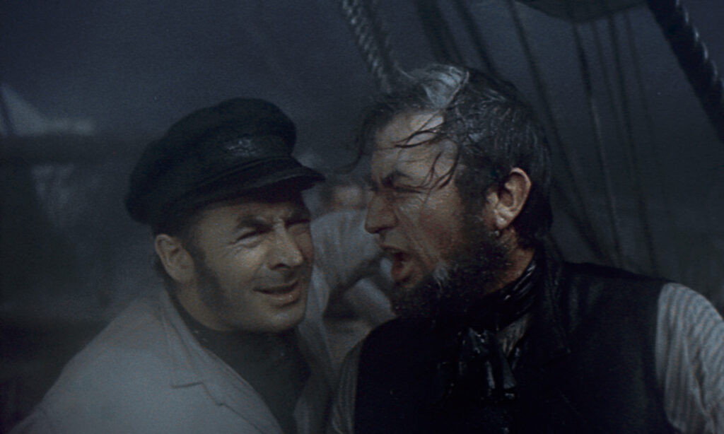Starbuck in der linken Hälfte erhalt lautstark Anweisungen des rechts neben ihm stehenden Kapitän abends. Es herrscht ein schweres Unwetter.