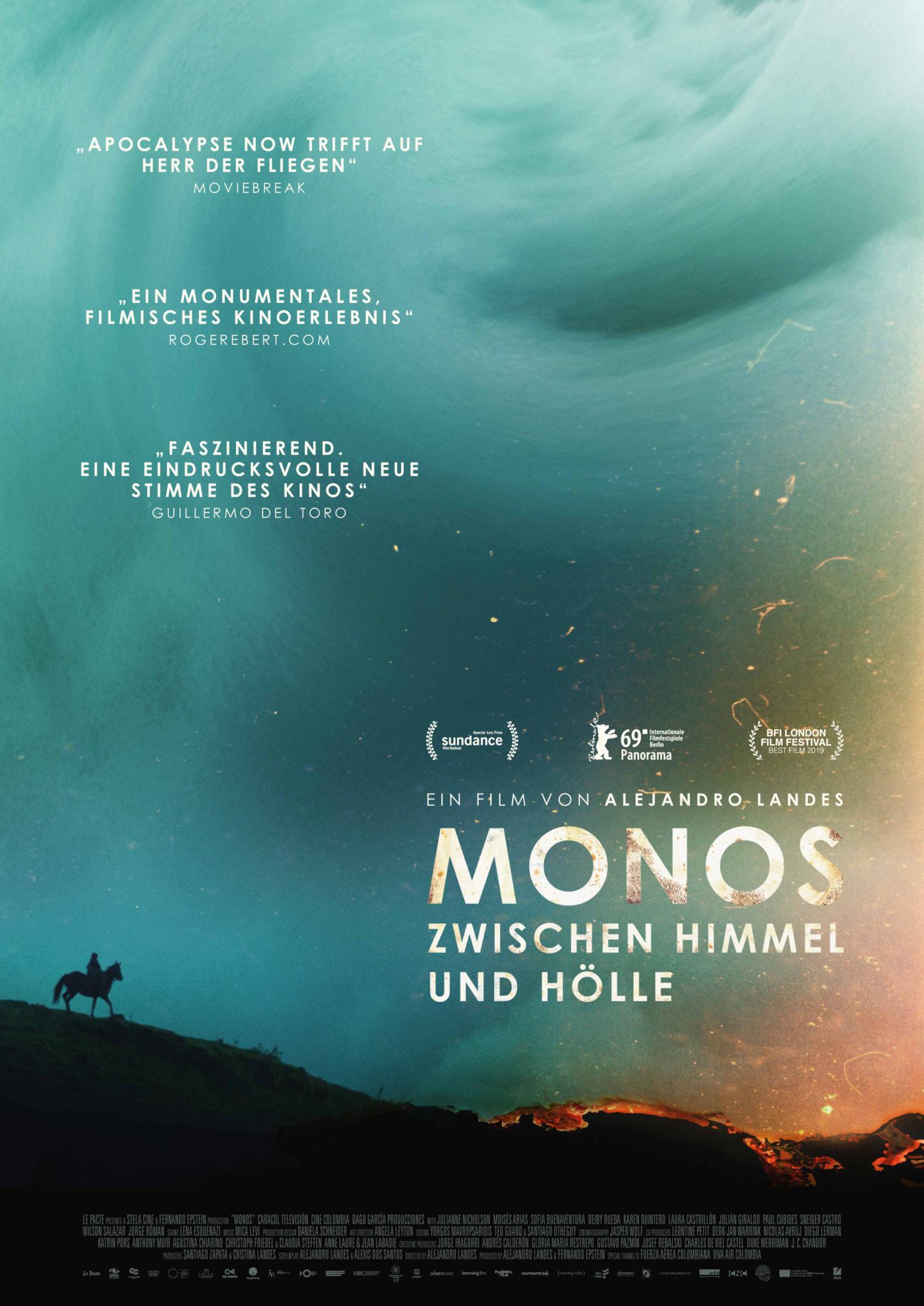 Das Poster zu Monos - Zwischen Himmel und Hölle zeigt bläulich-türkisene Wolkenberge hinter sprühenden Funken und einem auf einer Grünfläche stehenden Reiter mit Pferd.