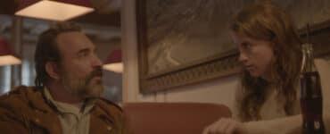Georges (Jean Dujardin) und Denise (Adèle Haenel) sitzen in Monsieur Killerstyle auf eine Cola im Restaurant. Denise wirkt bestimmt und überzeugt von ihrer Idee, Georges wirkt wie gefesselt.