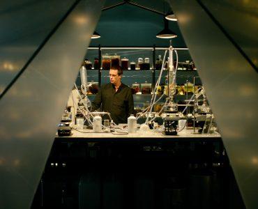 Moritz de Vries in seiner Duftwerkstatt in Parfum © Constantin Film