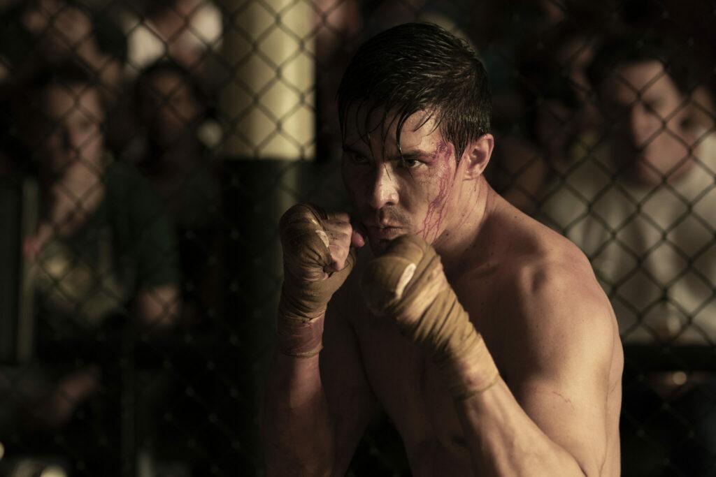 Der zähe MMA-Kämpfer und neue Titelheld Cole Young (Lewis Tan) hat seine bandagierten Fäuste zum Kampf erhoben in Mortal Kombat (2021)