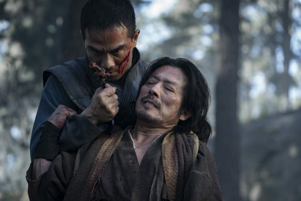 Sub Zero (Joe Taslim) wird von seinem Erzfeind Scorpion (Hiroyuki Sanada) in die Mangel genommen und mit einer Waffe bedroht.
