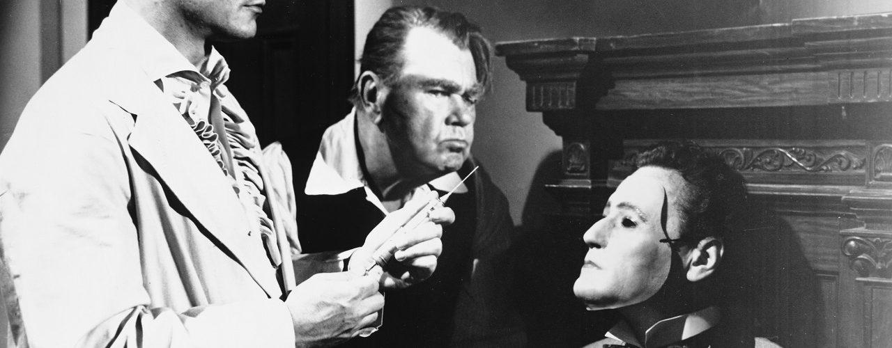 Cargrave beginnt die Operation an Sardonicus mit einer Injektion. Diener Krull schaut skeptisch.