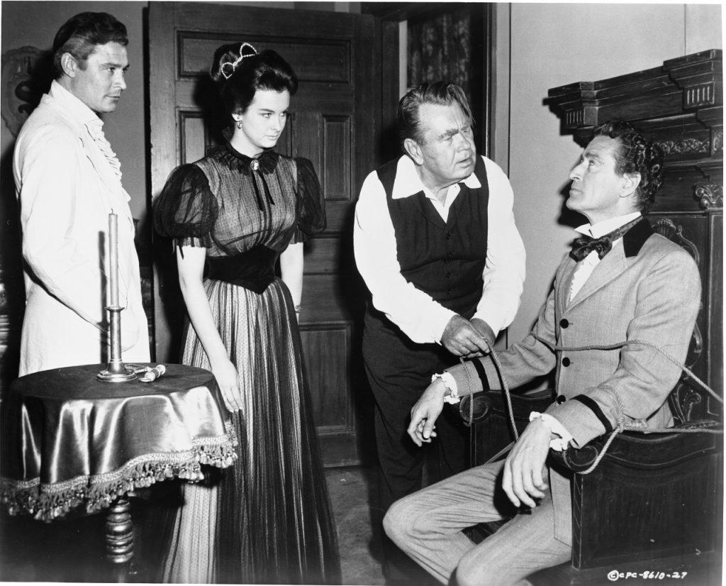 Sardonicus Gesicht scheint normal. Cargrave, Maude und Krull bewundern das Ergebnis.