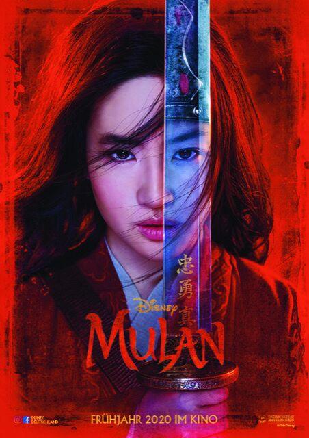 Das Kinoplakat von Mulan, einem heiß ersehnten Film 2020, zeigt Mulan mit einem spieglenden Schwert vor dem Gesicht
