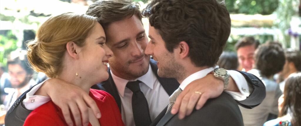 Das Brautpaar Marianne und Christian werden von ihrem Kumpel Daniel in den Arm genommen - New Order