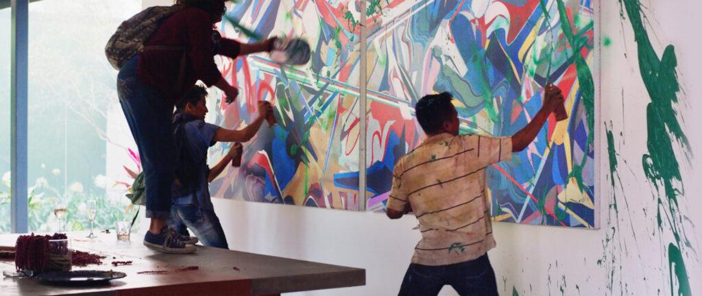 Drei Plünderer übersprühen und überstreichen moderne Gemälde mit grüner Farbe - New Order