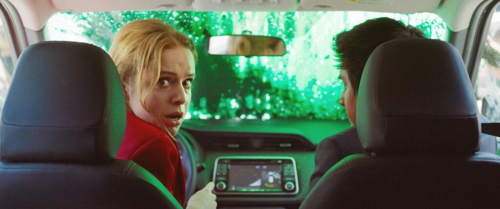 Marianne versucht, mit dem Auto zurückzusetzen, als die Windschutzscheibe mit grüner Farbe bedeckt ist - New Order