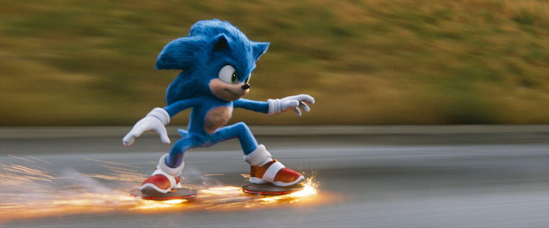 Sonic flitzt über eine Straße und schlägt dabei Funken