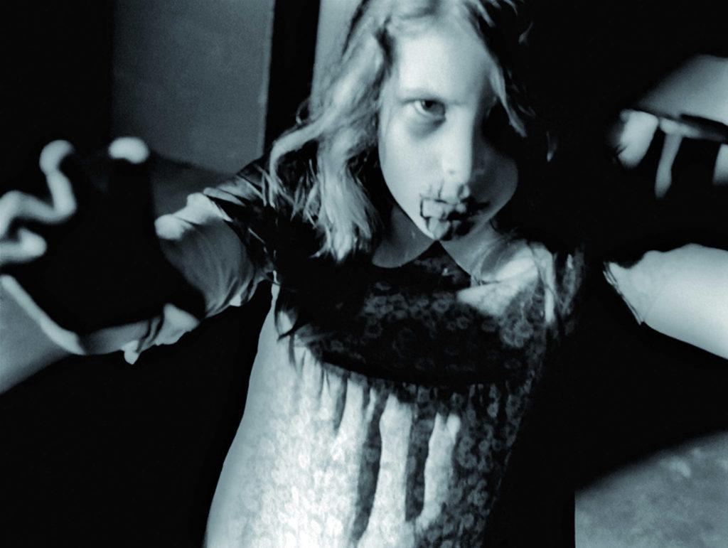Kyra Schon als Karen Hooper mit blutigem Gesicht und hervorgestrecktem Arm in Die Nacht der lebenden Toten