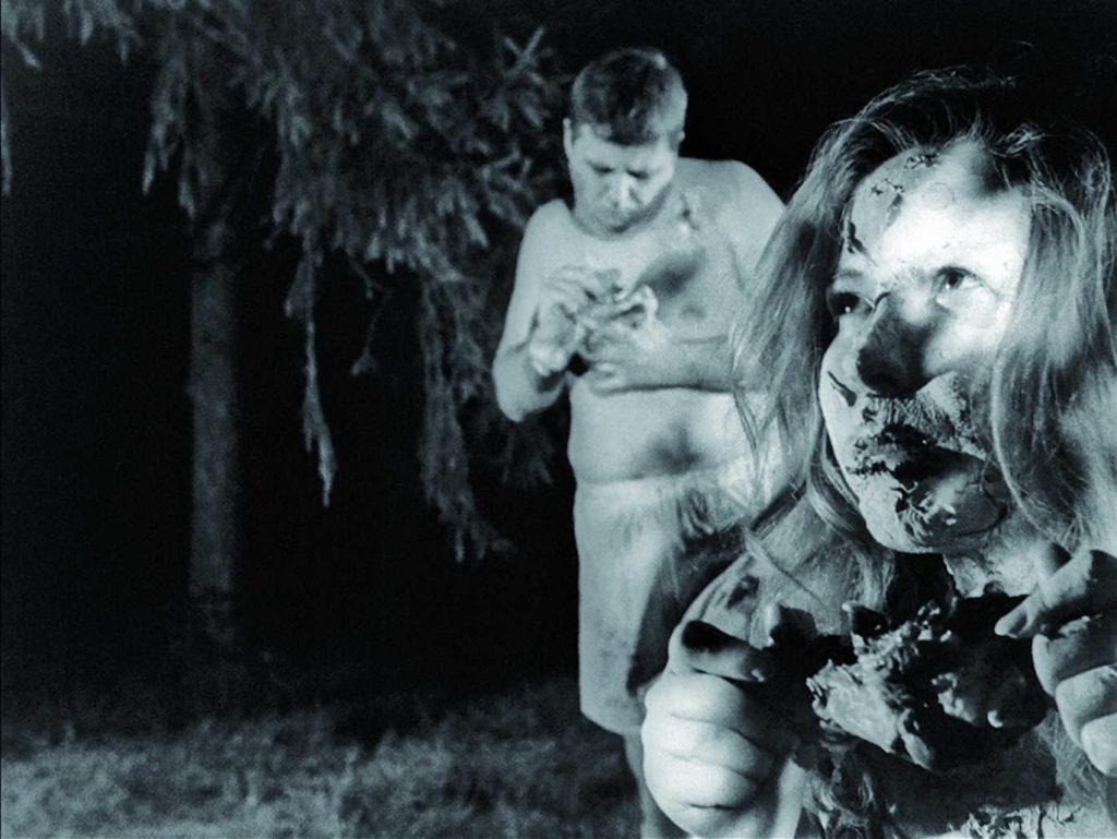 Zwei Zombies knabbern Menschenfleisch in Die Nacht der lebenden Toten
