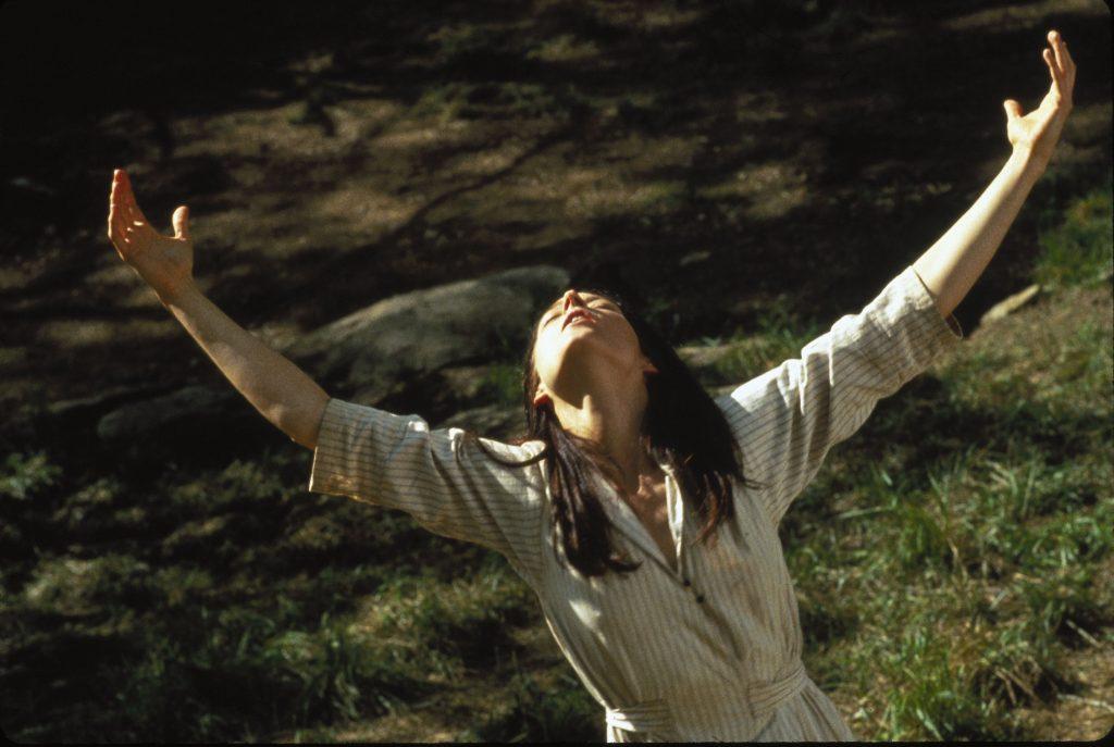 Nell (Jodie Foster) umarmt die Welt. © Justbridge Entertainment