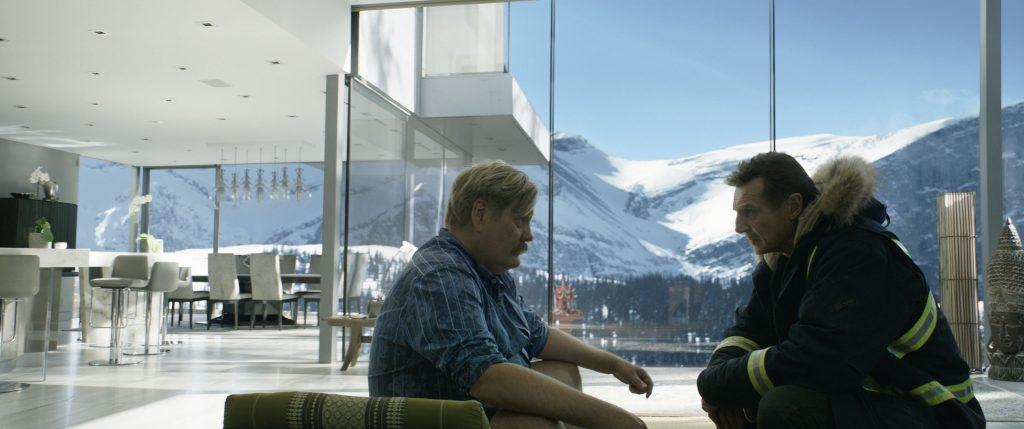 Nels (r.) befragt seinen Bruder (l.) vor eindrucksvoller Kulisse in Hard Powder © Studiocanal GmbH Doane Gregory
