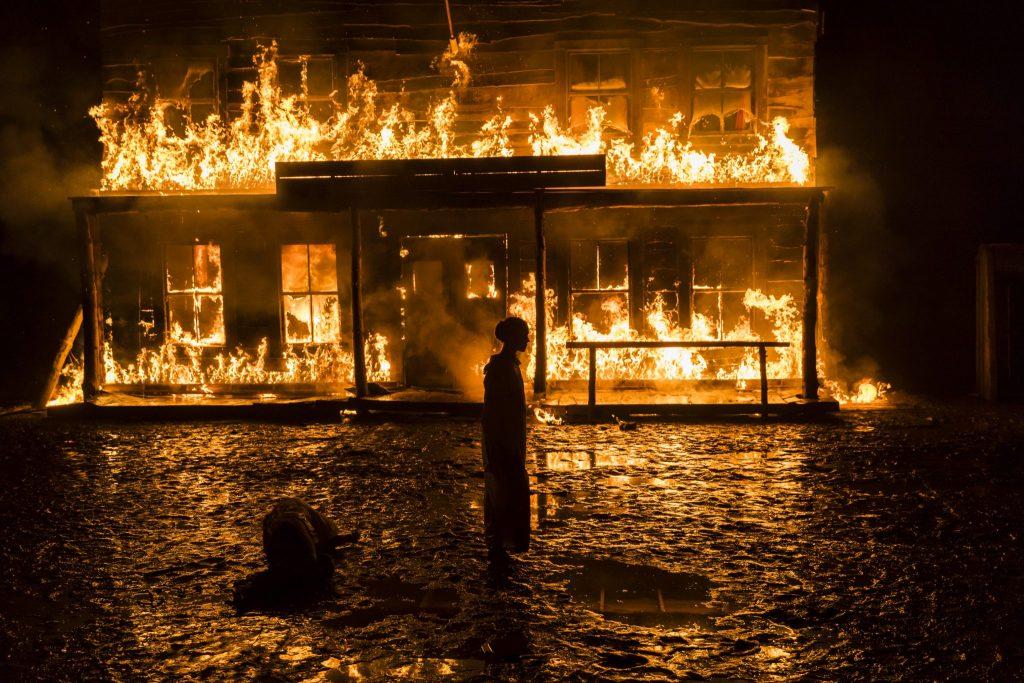 Der Saloon steht in Flammen in Never Grow Old