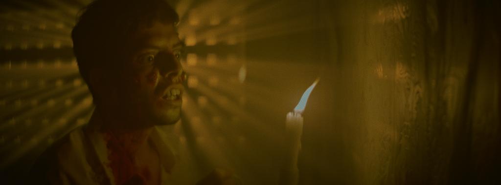 Die schummrige Beleuchtung trägt viel zur düsteren Atmosphäre bei | NIGHT OF THE VIRGIN © Neue Pierrot le Fou
