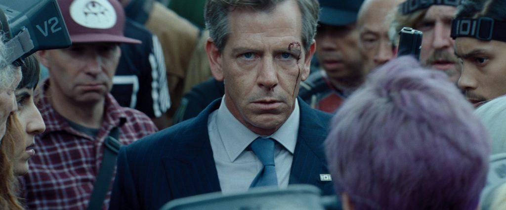 Nolan Sorrento (Ben Mendelsohn) starrt grimmig in Richtung des Zuschauers.