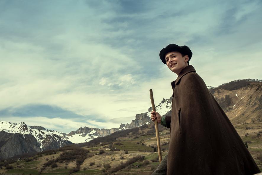 Jo, gespielt von Noah Schnapp, hütet in den Bergen die Schafe seines Großvaters. Bekleidet ist er traditionell mit Baskenmütze und grober Pellerine.